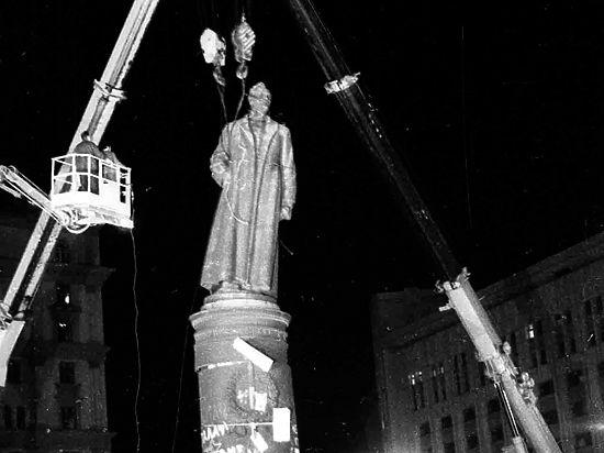 Молодежь готова дотащить Дзержинского на Лубянку на руках