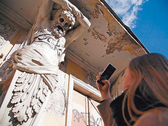 Защитники архитектуры обороняют от вандалов дом в центре Москвы