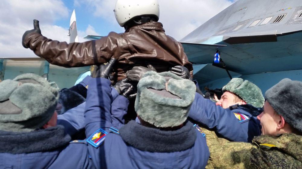 Вернувшихся из Сирии российских летчиков торжественно встретили в Воронеже