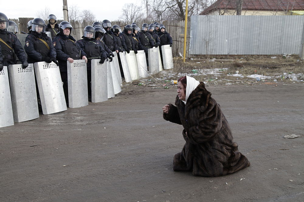 Кадры беспорядков под Тулой: как ОМОН разгонял цыган