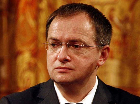 Петербургские депутаты уговаривают Медведева уволить Мединского по утрате доверия