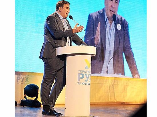 Саакашвили вышел на сцену в «офигительных штанах», заправленных в носок