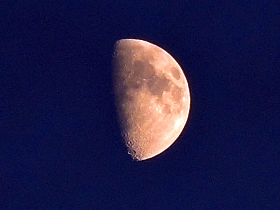 Ось вращения Луны сместилась на шесть градусов
