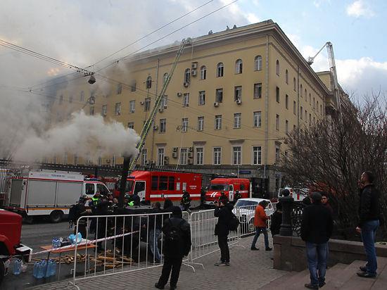 Пожарные продолжают работу на месте ЧП. По данным источников СМИ, пострадал один из огнеборцев