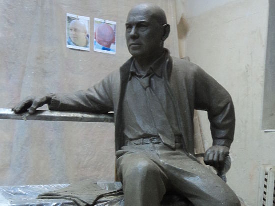 Вес скульптуры со скамейкой будет около тонны