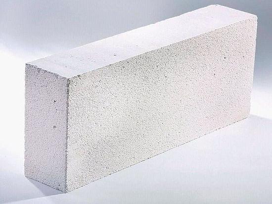 Процесс постройки домов из газобетона менее трудоемок, поскольку сами блоки этого материала легче обычных кирпичей, но при этом занимают больший объем