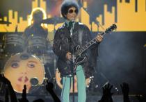 Еще одна неожиданная смерть рок-легенды всколыхнула мир — поклонники в трауре несут цветы к имению Принса в Пейси Парке, знаменитости — от артистов и музыкантов до политиков — выражают соболезнования и отмечают заслуги артиста
