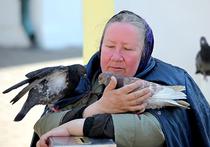 Летом прошлого года читатели «МК» написали мне о том, что неподалеку от Киевского вокзала живет пожилая тяжело больная женщина, которая несколько лет просит сотрудников службы социальной защиты помочь ей получить стиральную машину