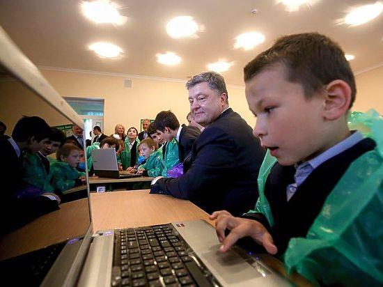 Ранее украинский президент нанес визит в одну из украинских школ
