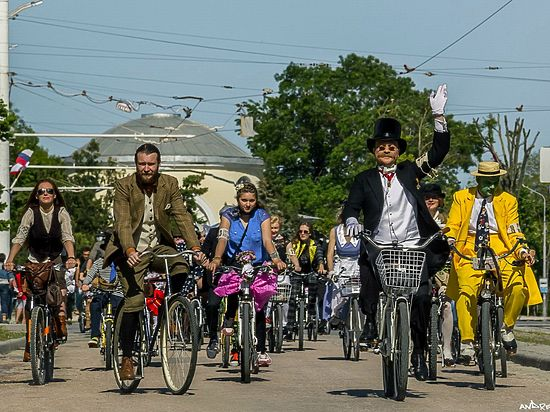 Твидовый велокруиз в Евпатории возглавили Мэри Поппинс и Фандорин