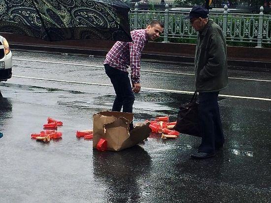 Очевидцы не стали помогать водителю собирать секс-игрушки