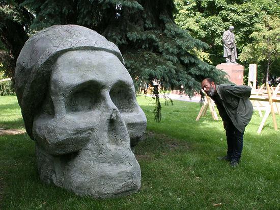 Центр Москвы украсили мертвой головой