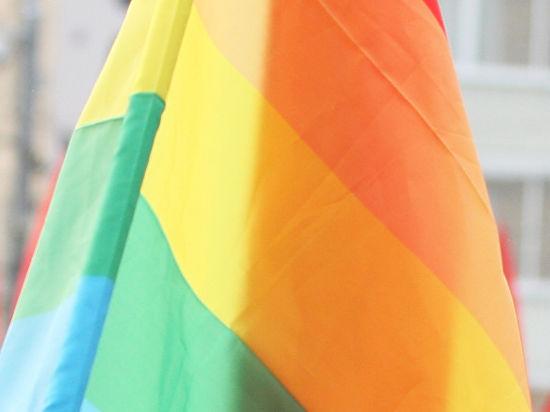 Но на усиленную охрану геи не имеют права, так как равноправны