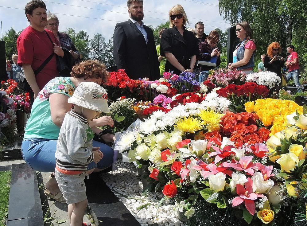 Год без Жанны Фриске: могилу певицы завалили цветами