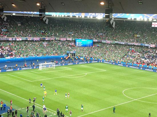 Невероятные фанаты на Евро-2016: француз пронес файер в попе