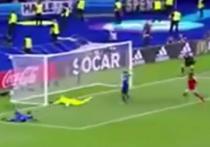 Исландский комментатор очень эмоционально отреагировал на второй гол, забитый сборной страны в ворота австрийцев в матче группового этапа Чемпионата Европы по футболу, благодаря которому Исландия обеспечила себе выход в плей-офф футбольного первенства