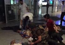 В Стамбуле в аэропорту имени Ататюрка сработали три взрывных устройства, которые привели в действие террористы-смертники