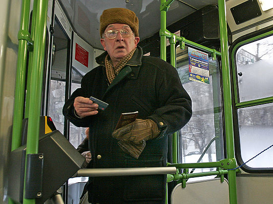 Пенсионерам отказали в льготах на проезд в синих автобусах