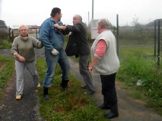 Силовики атаковали беременную москвичку из-за конфликта на дачном участке
