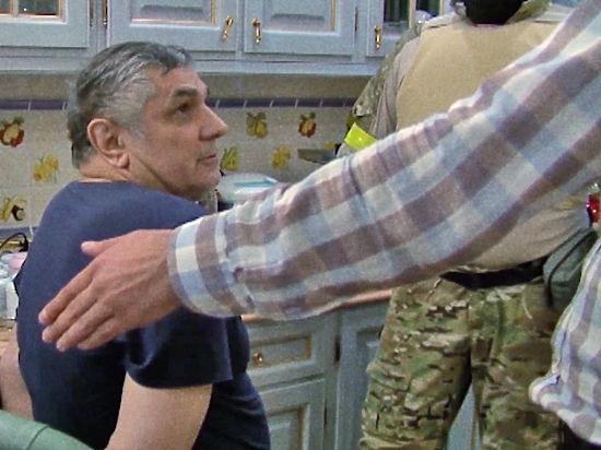 За неделю до задержания Захария Калашова был арестован прораб, ремонтировавший питейное заведение