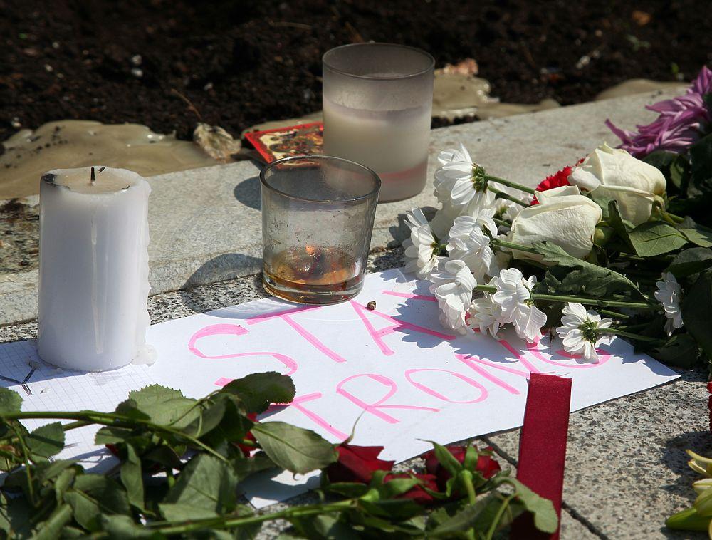 Москвичи несут цветы к посольству Франции после теракта в Ницце