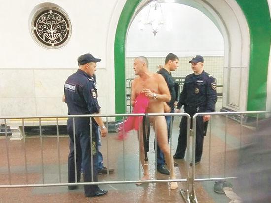 В полиции рассказали, почему мужчина разделся догола в столичном метро