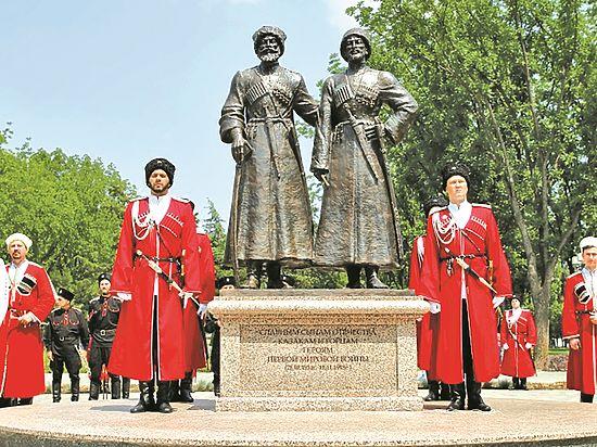 Монумент находится на Александровском бульваре города