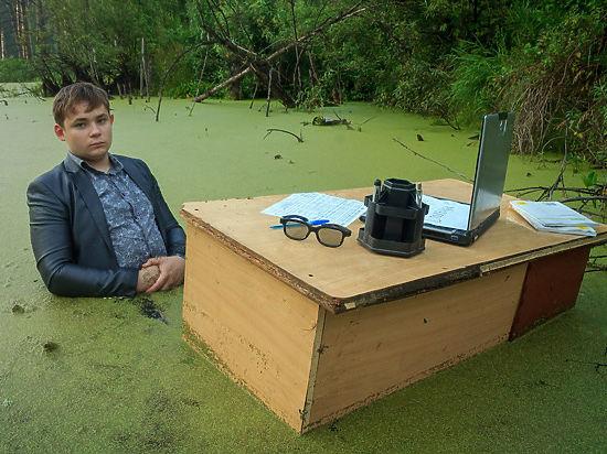 Южноуральский школьник сбратом-студентом устроили смешную фотосессию посреди болота