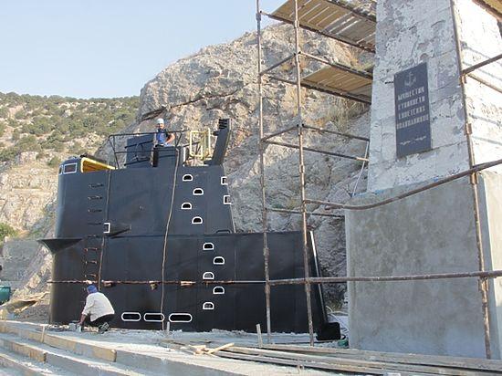 В Балаклаве вернули на место памятник-рубку подводникам
