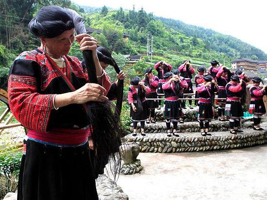 Русские и китаянки спорят, у кого длиннее коса