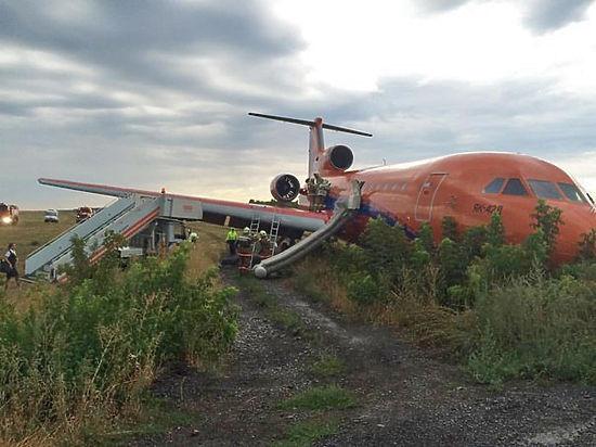 Люди шли по крылу аварийного самолета