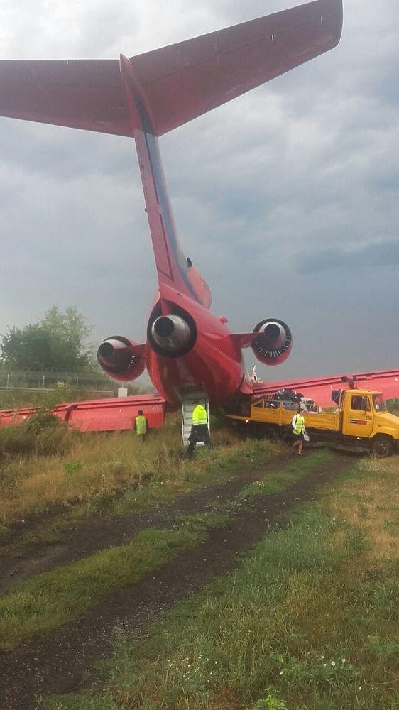 Из неудачно севшего Як-42 пассажиры выбирались по крылу