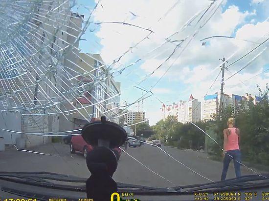 «Мы блондинки»: воронежская автоледи разбила ногой стекло принципиальному водителю