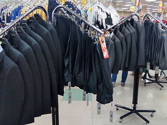 Линялая краска, промокающая ткань: какие брюки предлагают российским школьникам