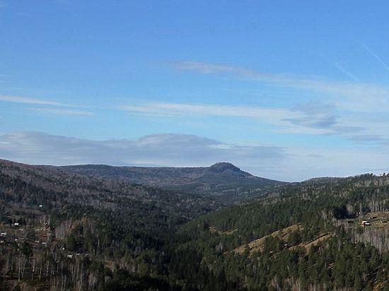 Полусферическую гору Торгашинского хребта видно практически из любой точки Красноярска