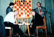Вчера исполнилось бы 80 лет Александру Рошалю, нашему самому знаменитому шахматному журналисту за последние полвека, большому другу «МК»