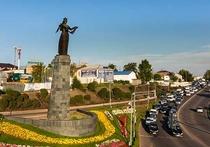 Статуя «Гостеприимная Бурятия» прочно заняла не только подобающее ей место у Селенгинского моста, которого гостям, прилетающим в Улан-Удэ, никак не миновать