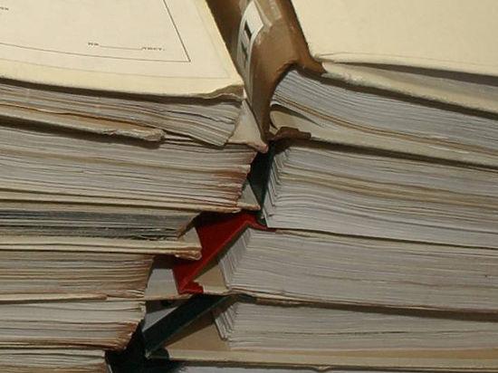 Прохожие нашли папки с печатями СК РФ прямо на асфальте