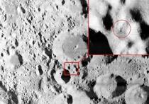 На одном из снимков поверхности Луны, сделанных с орбиты спутника, уфолог Марк Савалха разглядел необычный «штырь», который, по его мнению, представляет собой установленную инопланетянами антенну