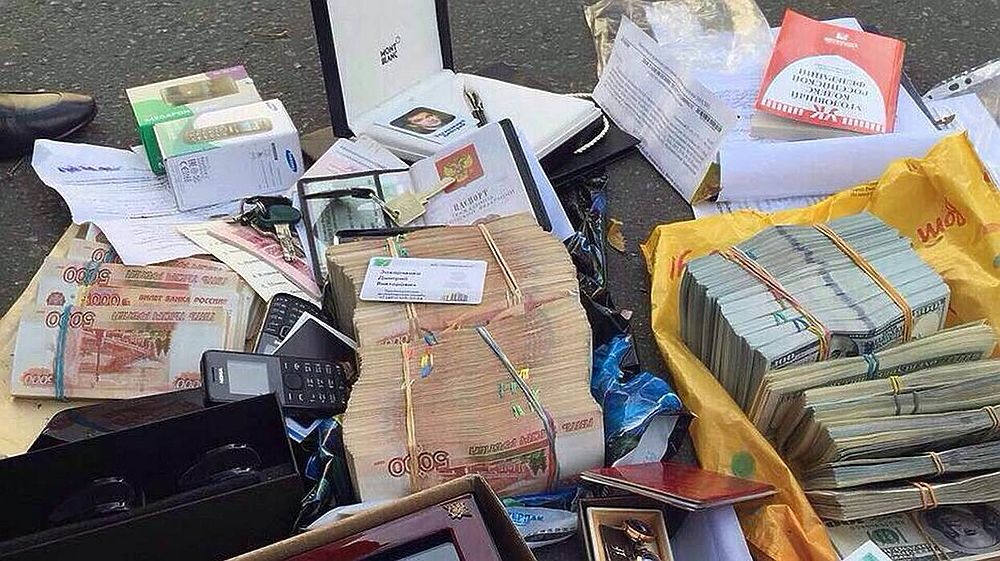 Опубликованы фотографии миллиардов, найденных у полковника МВД Захарченко