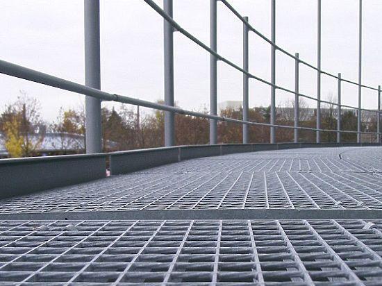 Сварной решетчатый настил представляет собой стальную решетку из несущих полос, соединенных между собой покровными прутками методом кузнечно-прессовой сварки