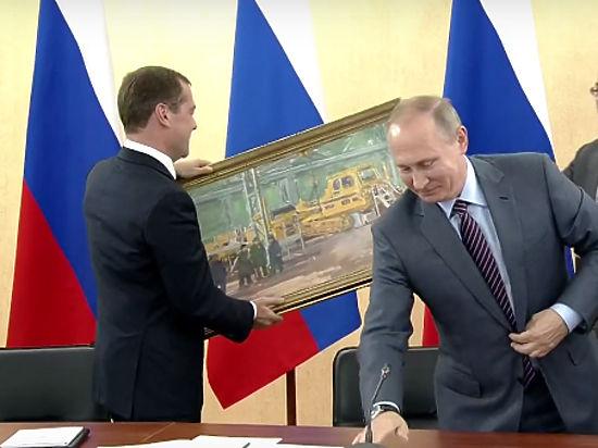 Путин подарил Медведеву картину и осмотрел Керченский мост