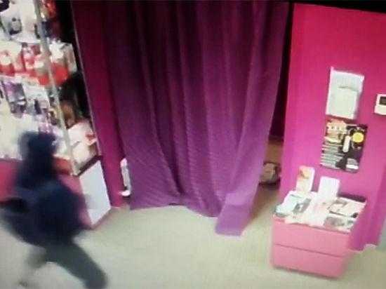 Появилось видео похищения секс-игрушек из магазина для взрослых
