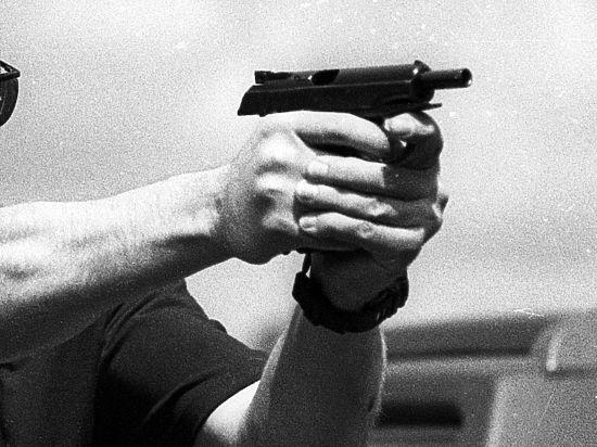 Первым на преступника с пистолетом набросился консультант, а потом навалились и другие сотрудники