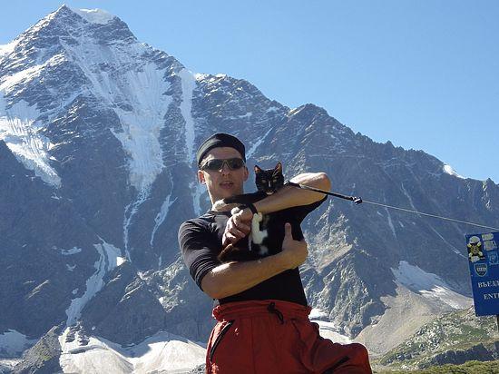 Уральский кот в комбинезоне покорил с хозяином-альпинистом Эльбрус