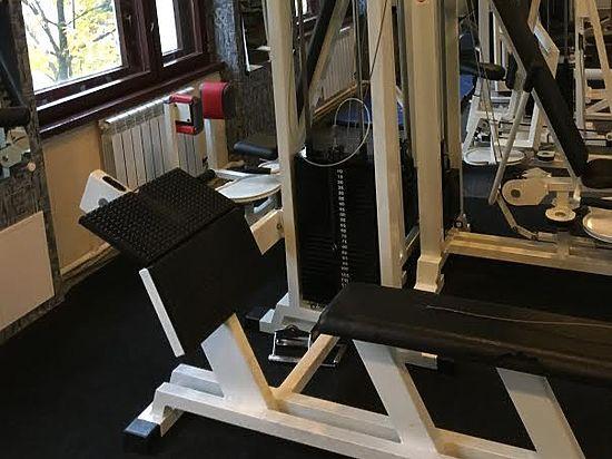 Во время упражнения на грудь у тренажера оборвался трос