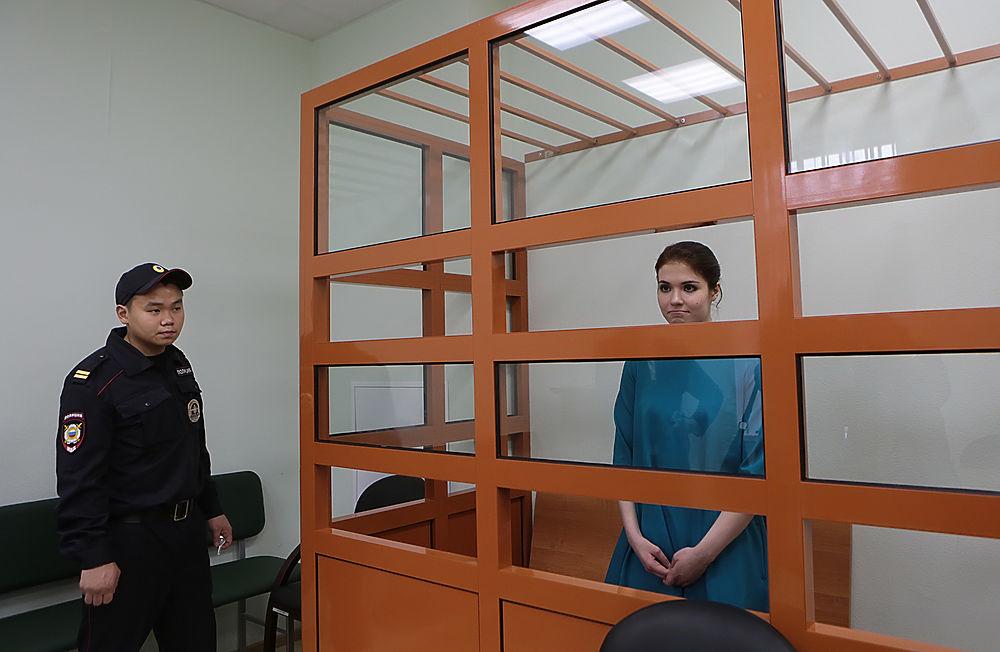 Макияж, прическа, платье: Караулова предстала перед судом во всей красе