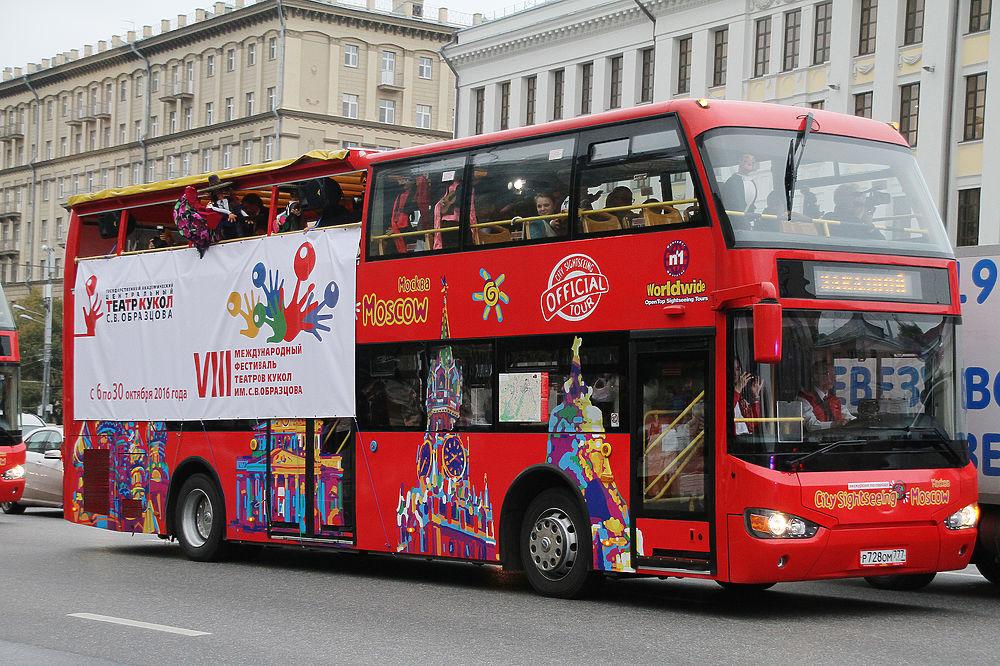 Куклы театра Образцова прокатились по Садовому кольцу на открытых автобусах