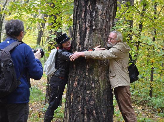 Cтоличные поэты обняли деревья в защиту парков
