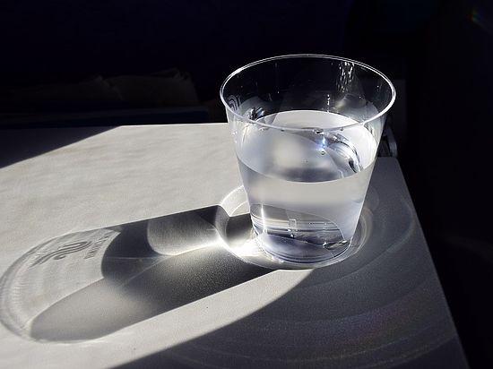 Популярная «теория восьми стаканов воды» поставлена под сомнение